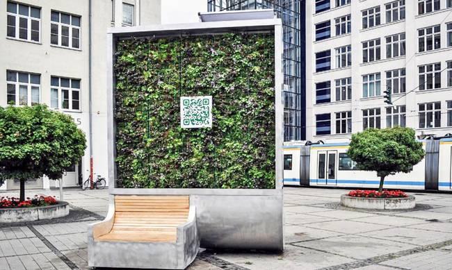 Auftanken am Baum - City Tree von Green City Solutions