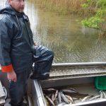 Fleißiger Fischer: 3-4 mal fährt er am Tag raus auf's Wasser, um die Räusen zu kontrollieren - Fischzucht Reese
